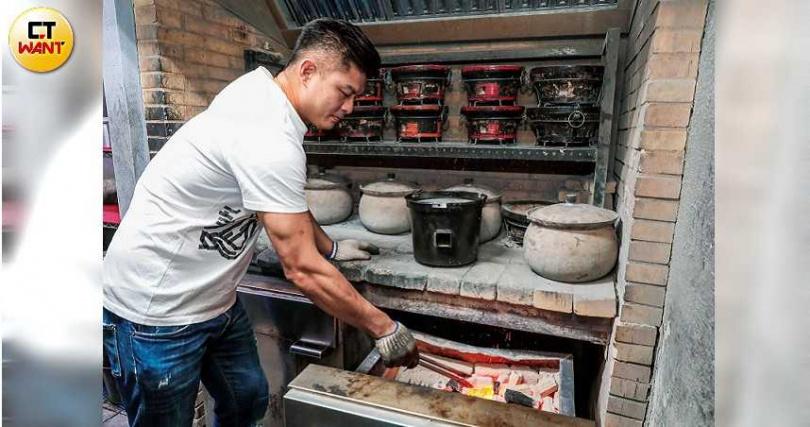 胡同燒肉的炭爐,可大量、快速且平均地燒紅木炭。(圖/馬景平攝)