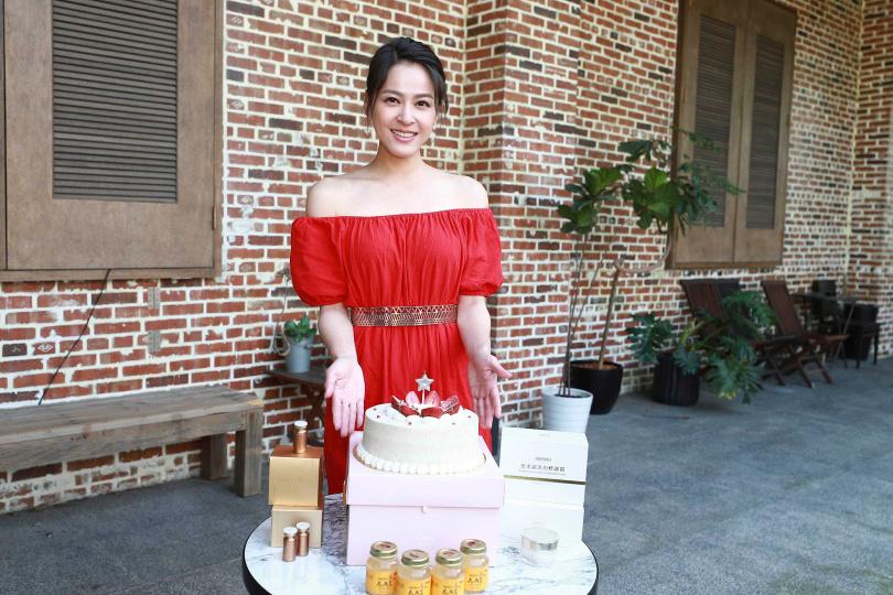 蘇晏霈度過33歲生日,好友方馨驚喜探班並為她慶生。(圖/民視提供)