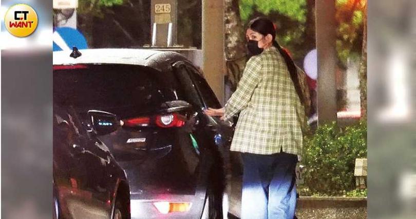 上車前,李千那左顧右盼,看到後方車輛靠近,被嚇到瞪大雙眼。(圖/攝影組)