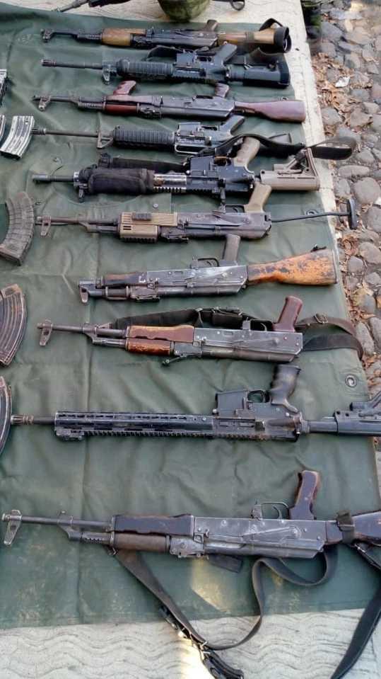 軍警圍捕過程中沒收大批武器和彈藥。(圖/翻攝自currentindustry.com)