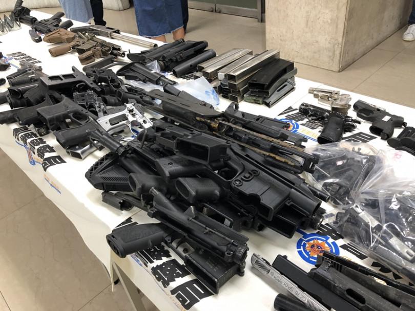 警方在謝嫌主持的地下兵工廠內,起獲大批槍枝與半成品。(圖/李明軒攝)