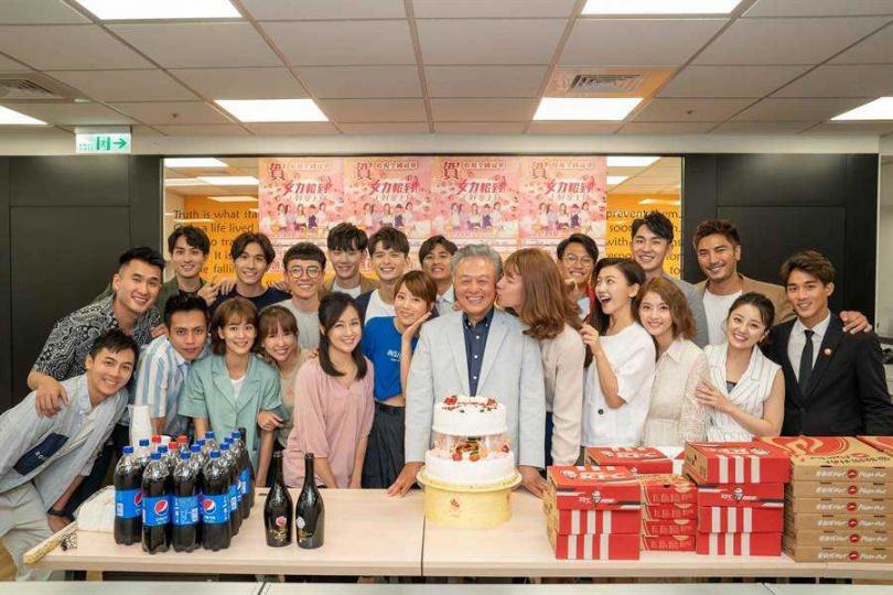 《女力報到》全體演員和史坦利國際傳媒董事長陳剛信合照。(圖/TVBS提供)