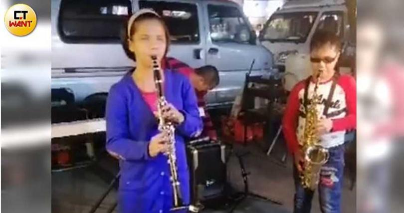 音樂方面表現傑出的軒瑋,平時也會與同校學姊林佩貞到夜市街頭連袂表演,也趁機學習如何獨當一面應對外人。(圖/讀者提供)