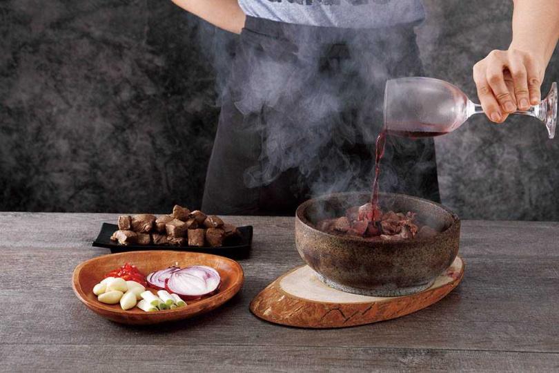 由服務人員桌邊服務的「嗆鍋燒」,讓客人感受五感效果。圖為「紅酒骰子牛」。(圖/丰盛町提供)
