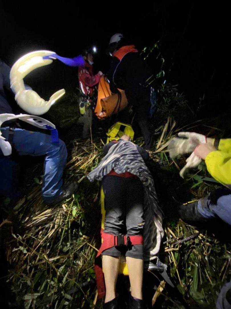 賓士車墜谷100公尺,一家五口獲救。(圖/南投縣消防局提供)