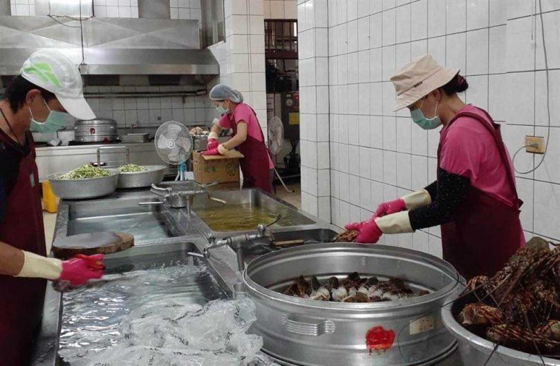 北港南陽國小買新鮮龍蝦清蒸,讓小朋友開的夢幻菜單成真。(圖/南陽國小提供)