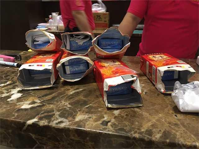 嫌犯無視防疫規定,利用防疫旅館的棉被做成繩索,利用飲料包裝偷渡香菸。(圖/翻攝畫面)