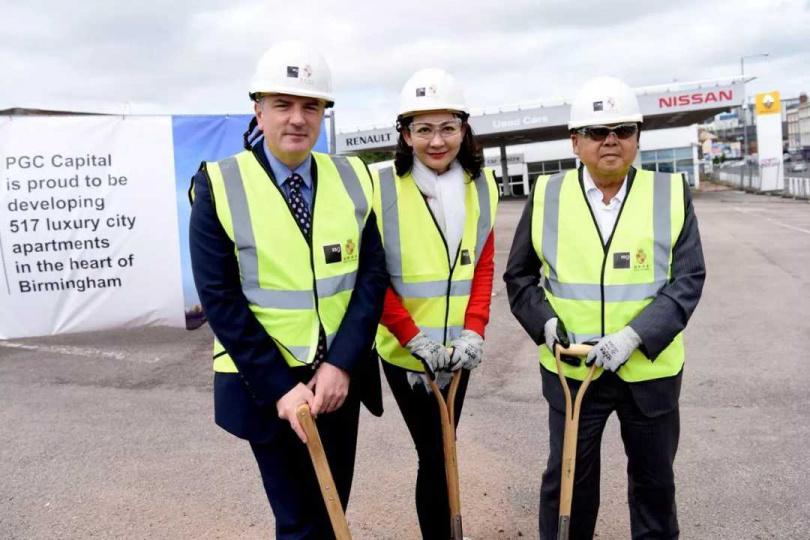 2018年6月,陳清治(右)與厲馥華共同在英國伯明罕主持第2件不動產開發案「璀璨陞華」的奠基典禮。左為英國投資方總裁Francis Cole。(圖/厲馥華提供)