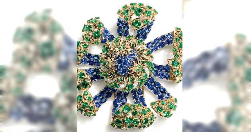 TIFFANY & CO.「Schlumberger」高級珠寶系列,「Sea Anemone」18K黃金及鉑金海葵造型胸針,鑲有總重逾26克拉的橢圓形及圓形藍寶石、及總重逾17克拉的沙弗萊石及圓形明亮式鑽石。(圖╱TIFFANY & CO.提供)