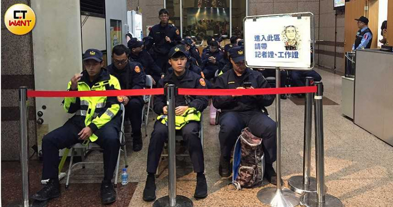 大批警力駐守國民黨部,以維持現場秩序。(圖/陳柔瑜攝)