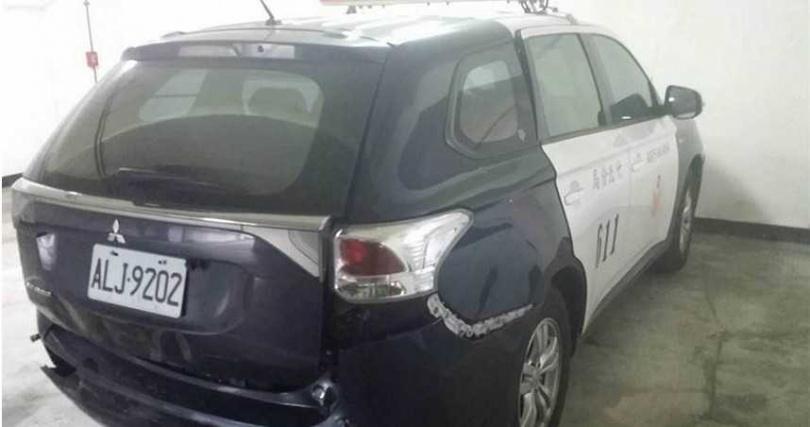羅姓男子駕車未剎車,直直撞上警車,導致雙方車輛均毀損。(圖/翻攝照片)