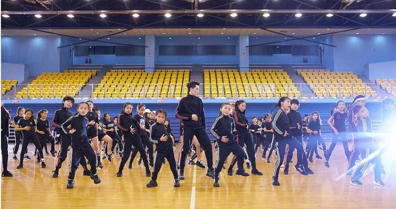蕭敬騰日前和上百名來自舞蹈班的小朋友們,一起拍攝「猴籠 Dance Monkey Challenge」。(圖/華納音樂提供)