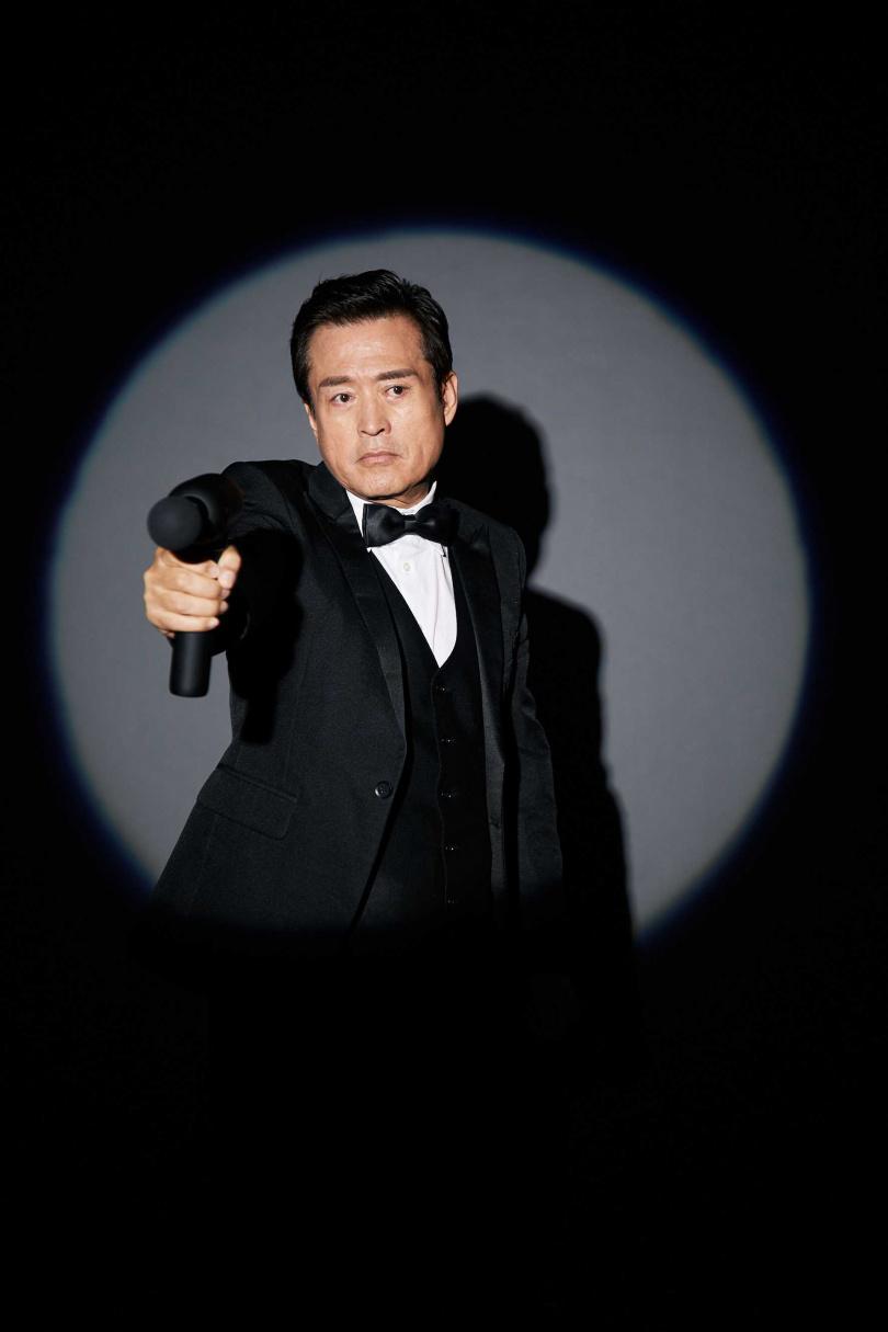 檢場為廣告量身訂製西裝,像極007。(圖/艾迪昇傳播提供)
