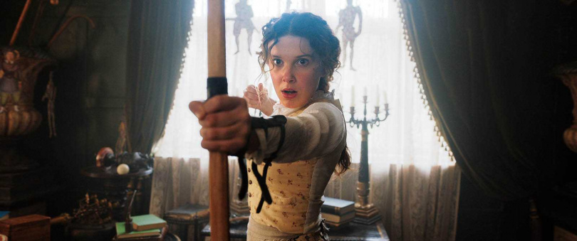 為了片中的打戲,米莉芭比布朗花了許多時間學習各種武打動作。(圖/Netflix提供)