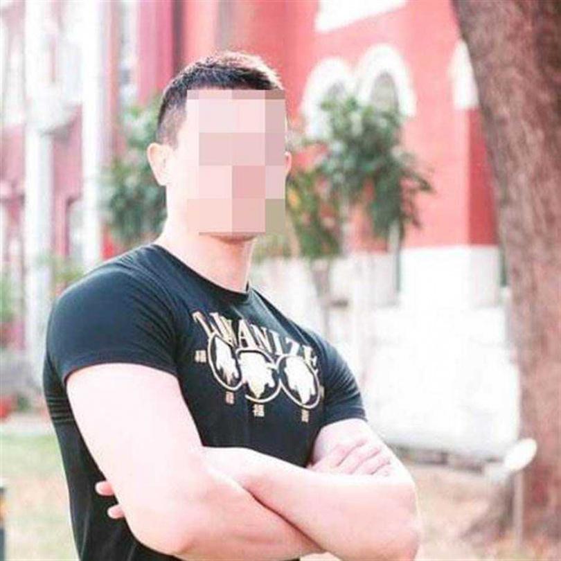 台南女中邱姓生物老師身高192公分,體格健壯,教學認真,被稱為南女的「周湯豪」。(圖/擷自台南女中臉書粉絲頁)
