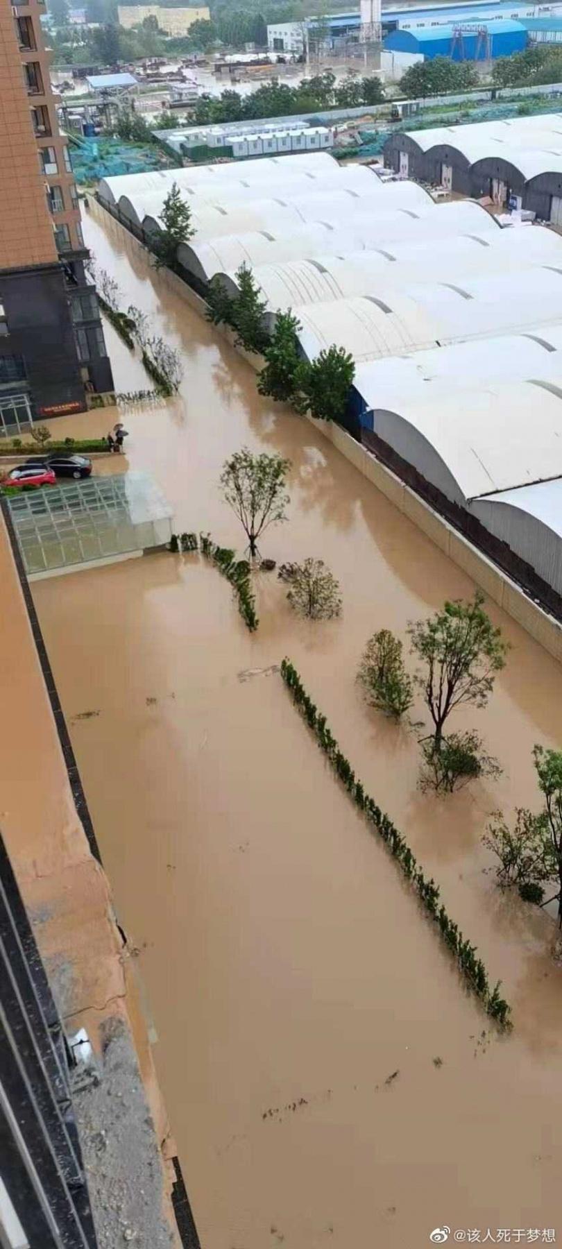洪水造成至少12人死亡。(圖/翻攝自微博)