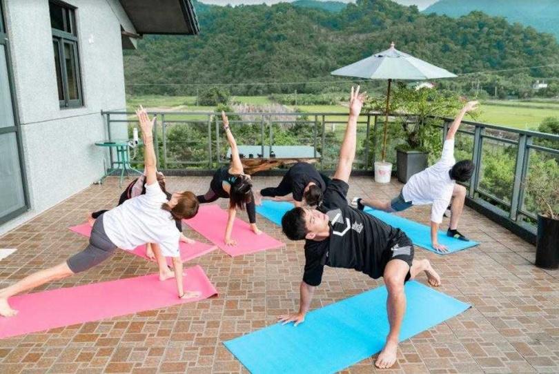 晨運做瑜伽,眾人卻意外發現大元筋骨超硬,連簡單的伸展動作都面有難色。