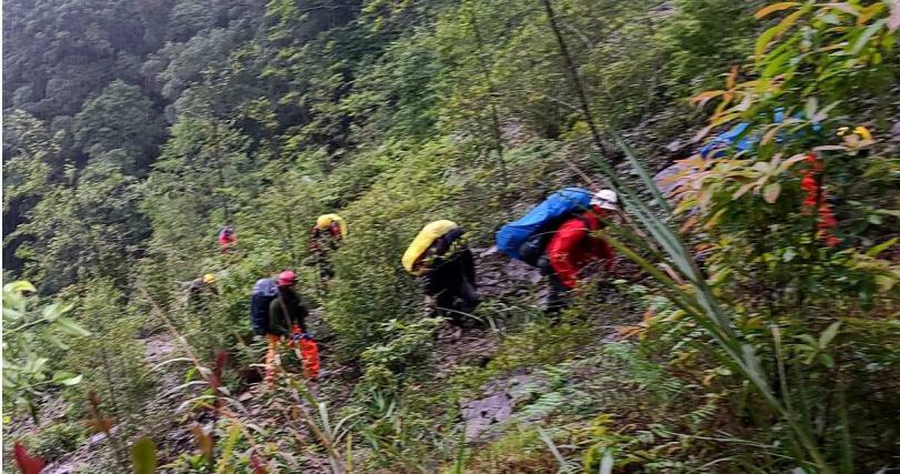 救難人員歷時40個小時,今天清晨接觸到傷者。(圖/翻攝畫面)