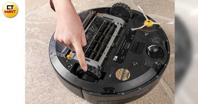 Roomba 670內建三段式強力除塵系統,並具備自動偵測髒汙的功能。(圖/馬景平攝)