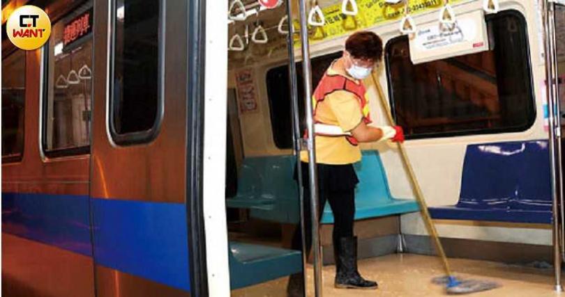 台北捷運局表示,目前車廂每8小時消毒一次,但隨時會因應疫情需求增加頻率。(圖/王永泰攝)