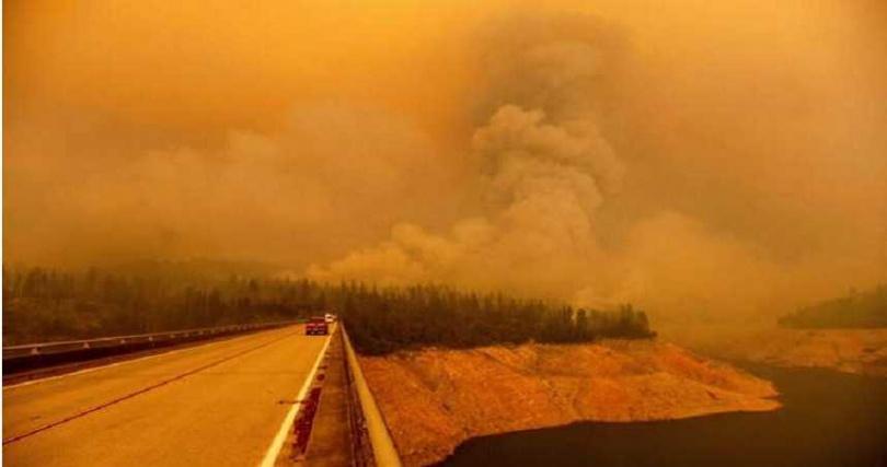 川普14日前往加州,聽取有關野火的簡報,受災州屬的州長已表明要請他做出解釋。(圖/AP)