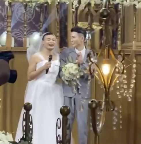 男子扮成新娘嚇新郎。(圖/翻攝自封面新聞)