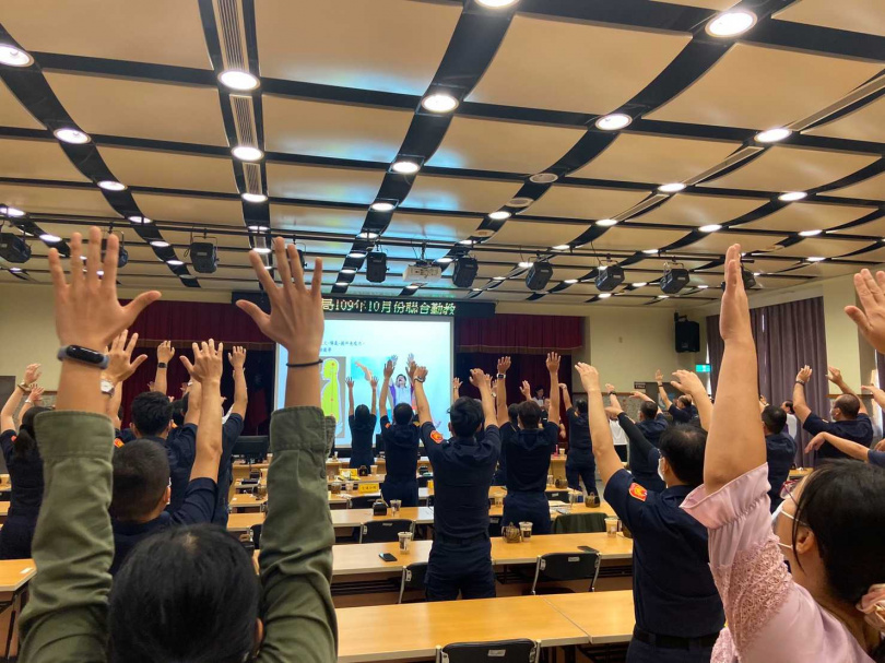 聯合勤教同仁在養身操中一起做操健身。(圖/翻攝畫面)