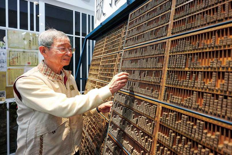 「華星印書局活版故事館」保留了上萬個鉛字,是見證鉛字印刷的活歷史。(圖/焦正德攝)
