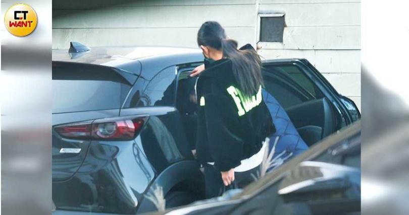 李千那體貼地伸手護著是元介的頭,免得對方撞到車門框。(圖/攝影組)