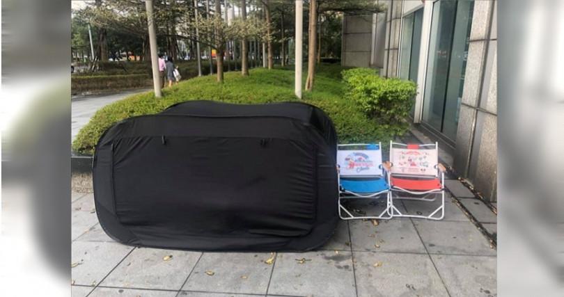 網友表示來上班時,還看到鞋迷睡在帳篷內,應對長期抗爭。(圖/翻攝自爆廢公社)