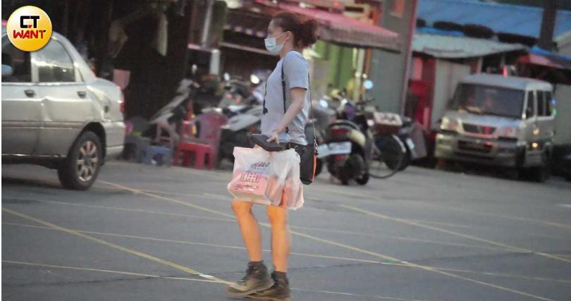 看來食慾不錯的侯怡君下車買了萬里有名的手撕包。(圖/本刊攝影組)
