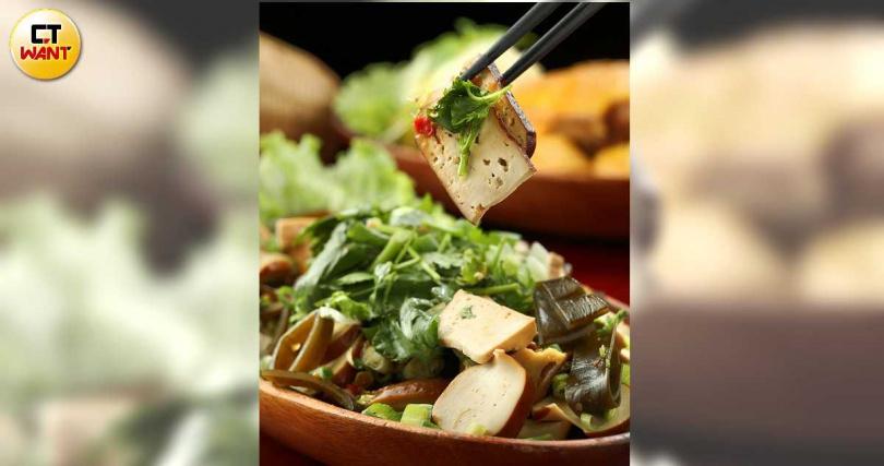 「綜合滷味」的醬料以阿嬤喜歡的自製甜酒釀,調合辣豆瓣醬帶出甜鹹滋味。(108元/大份,圖/于魯光攝)