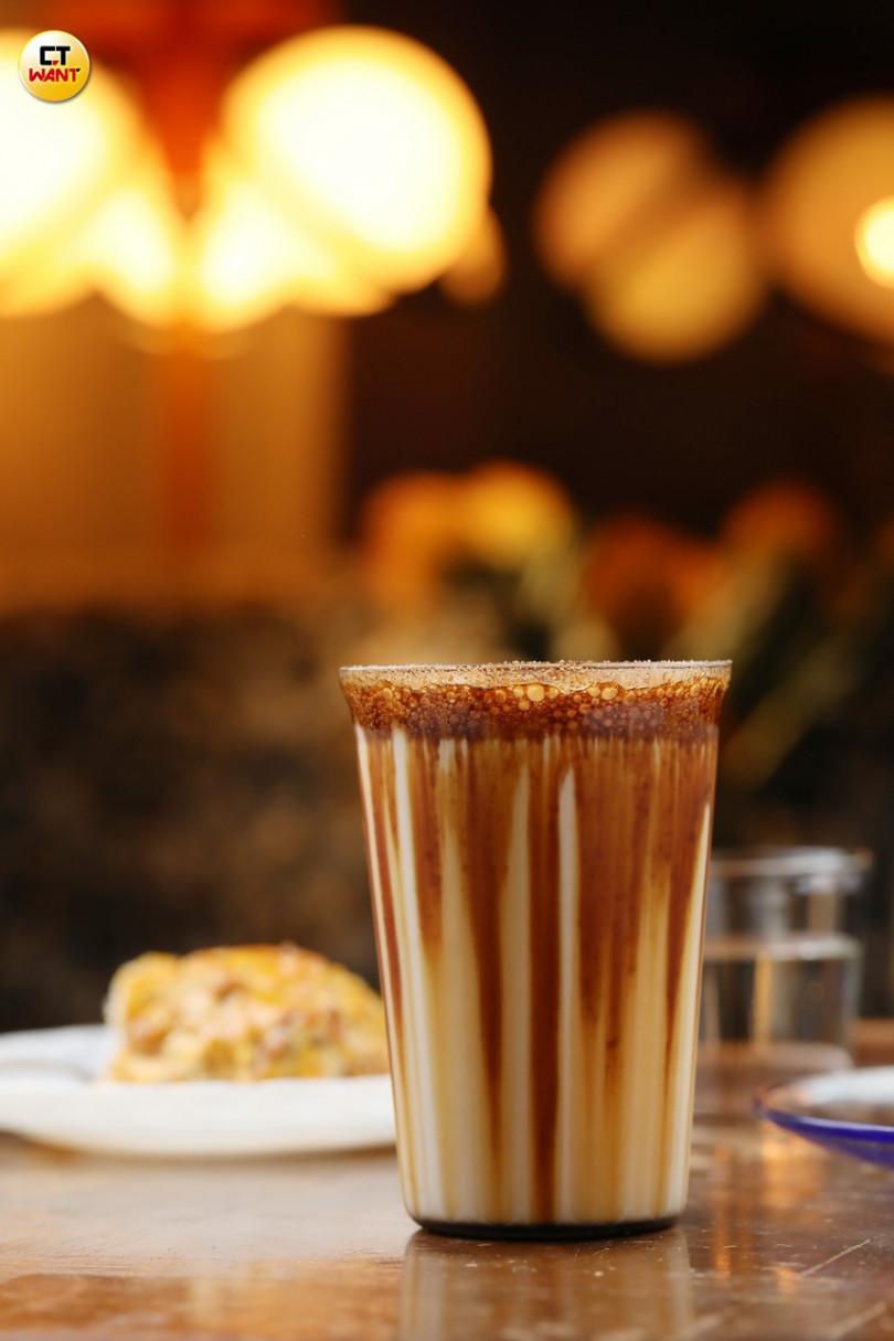 「黑糖牛奶」的黑糖沉澱後,畫出一條夢幻紋路,融合牛奶更呈現柔和甜香。