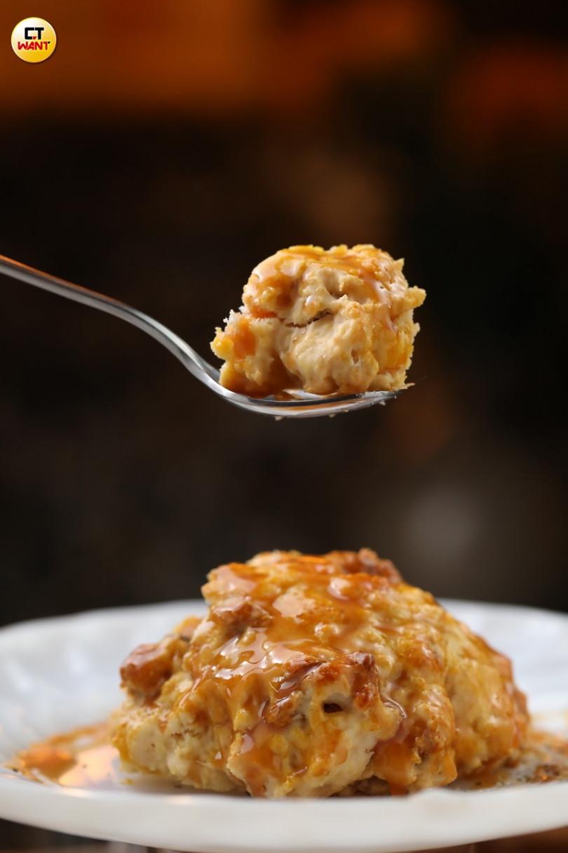 「核桃太妃醬司康」的糖漿,是老闆娘親手熬製,核桃增添酥脆口感。