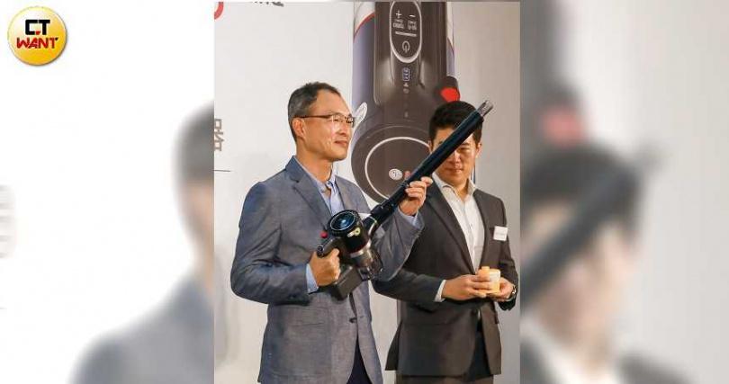 台灣LG電子宋益煥董事長表示,濕拖兩用的無線吸塵器在本地市場極受歡迎。(圖/馬景平攝)