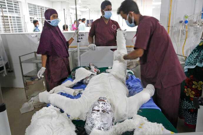 多達數十人被緊急送往達卡國立燒傷整形外科專門醫院接受治療。(圖/AP)