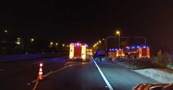 車禍發生後,車上乘客噴飛至邊坡,經警消救援,但仍釀成4人死亡,經抽血酒測,有2人酒精反應,但仍要調查由誰開車。(圖/民眾提供)