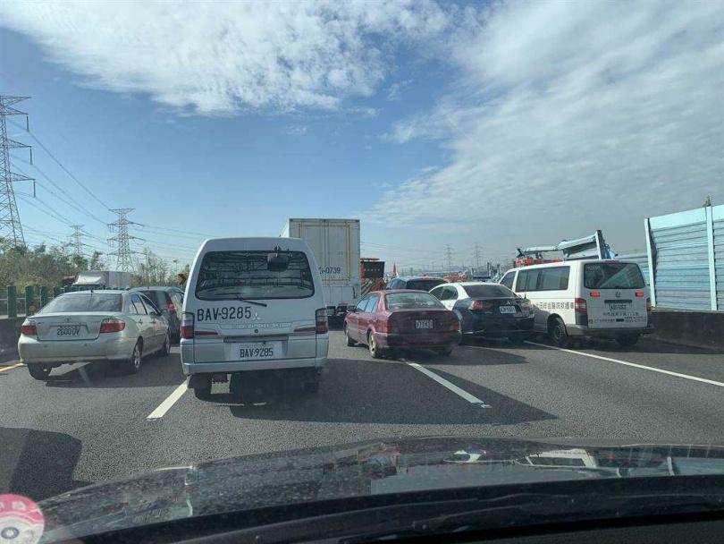 國道3號貨櫃車翻覆橫阻3車道,全線封閉車陣回堵3公里。(圖/彰化踢爆網提供)