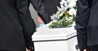 兒在靈堂「被批不孝」遭打斷肋骨 94歲翁遺體放7天沒人管…真相超尷尬!