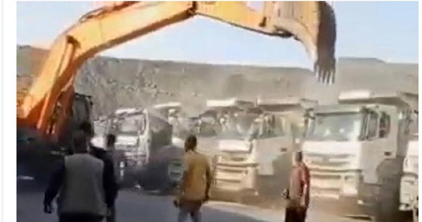 自己的薪水自己爭!老闆不給工資員工氣炸 直接開挖土機摧毀5輛貨車