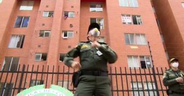 疫情拉丁美洲肆虐! 哥倫比亞警察擔任健身教練鼓舞居民