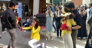 女友下跪求婚!圍觀群眾嗨炸送祝福 校方認「太無恥」轟出大門