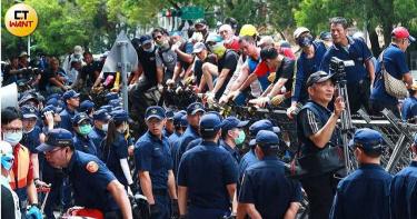 立院外群眾「爬拒馬衝撞」激烈推擠 員警昏倒嘔吐緊急送醫