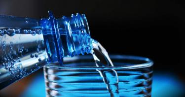 憋尿狂飲水3000毫升 結果女子抽搐昏迷緊急送醫