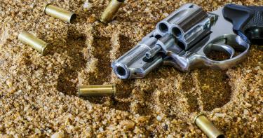 手槍藏口袋誤發子彈 劃過「大腿+蛋蛋」 辯稱被遊民襲擊