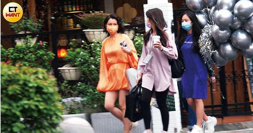 徐若瑄與姊姊和一名友人現身,帶著一大串銀色氣球及V字造型的金色氣球,應是為當晚慶生派對而準備。(圖/本刊攝影組)