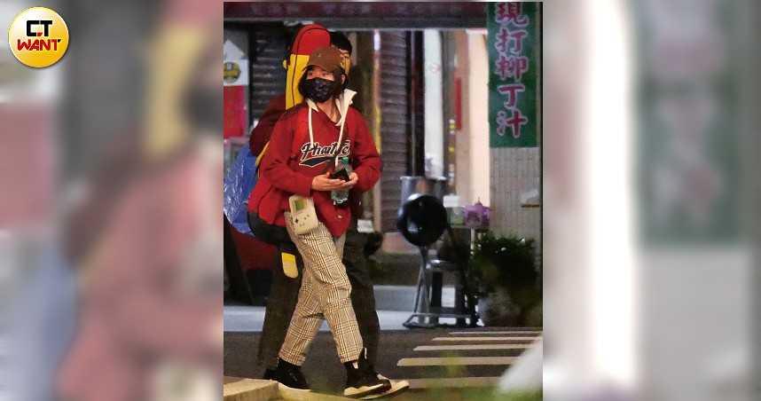 雖然戴著帽子和口罩,但一身醒目的紅色裝扮,讓人一眼就認出是金曲新人獎得主持修。(圖/本刊攝影組)