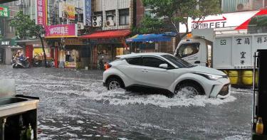宜蘭雨彈襲擊「水淹半個輪胎高」!1樓店家全進水 慘況曝光
