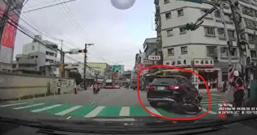 機車騎士衝太快撞進汽車後輪 後方女子嬌聲罵「活該」網意外歪樓