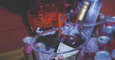 關在家受不了!英國媽媽封城後「飲酒率、離婚率激增」
